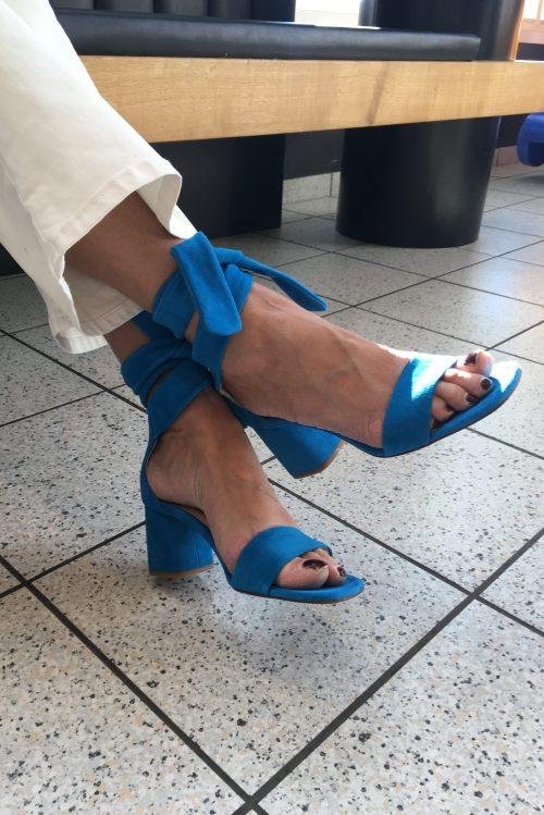 Artisan blue sko med åpen tå og knyting Fabienne Chapot - celene sandal Hvit coated 'Raval' flare bukse ('skinnbukse') Lois Jeans - Raval montana