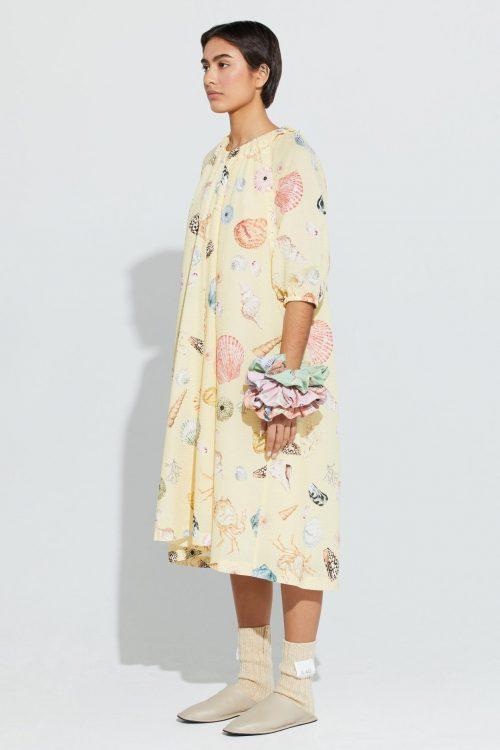 Gul med skjell mønster bomull crepe kjole med avtagbar erm Ilag - bjerkholmen dress
