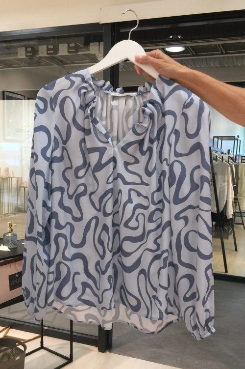 Ice blue/blue mønstret luftig og lett silke/viskose bluse med draperinger i v-hals og ermer Amuse - 81021