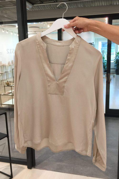 Champagne cdc-silke blusetopp med v-hals Amuse - 8150