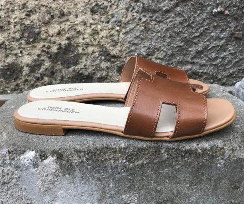 Cognac flat skinnsandal Shoe Biz - claire