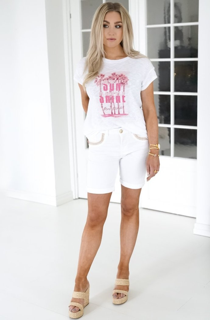 T-shirt med 'Sun shine' Mos Mosh - Kylee O-SS Tee Bright White Hvit shorts med gullstikninger Mos Mosh - 138780 Bradford Mercury White Shorts Short White