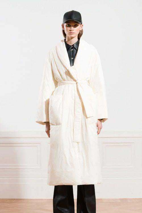 Offwhite lang sporty boblekåpe med ytterlommer og belte Stand Studio - 61404-8690 maika coat light nylon