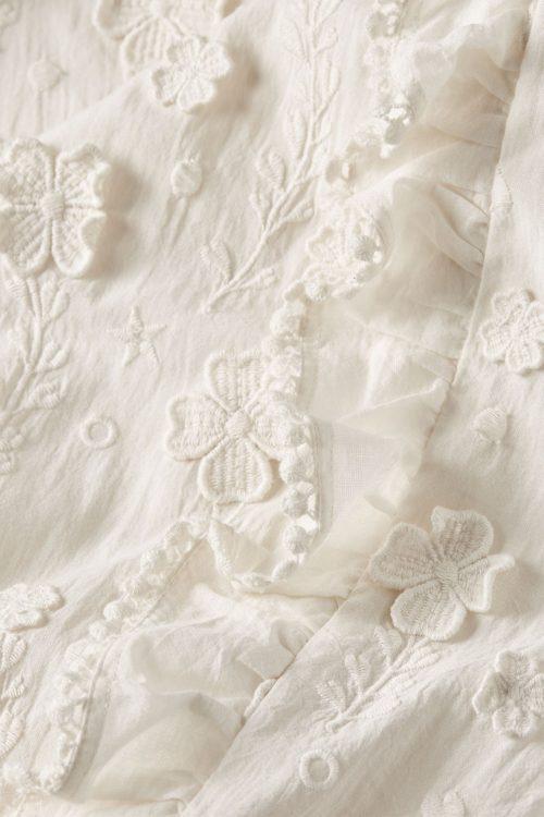Kremfarget bomull blusetopp med påsydde blomster og volanger Fabienne Chapot - josefine top