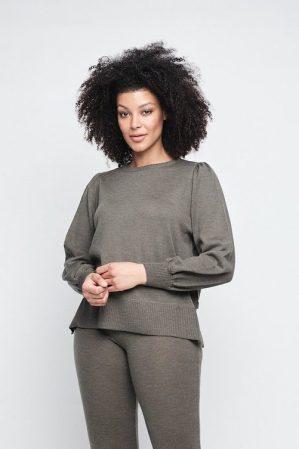 Sort (ikke grønn) 100% merino vid genser med ballongermer og splitt i siden Ella&Il - sonja merino sweater Sort (ikke grønn) 100% merino strikket vid bukse Ella&Il - evi merino pants