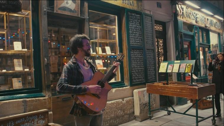 Cantor francês Vaslo apresenta canção intimista em frente à lendária livraria Shakespeare and Company | Música | Revista Ambrosia