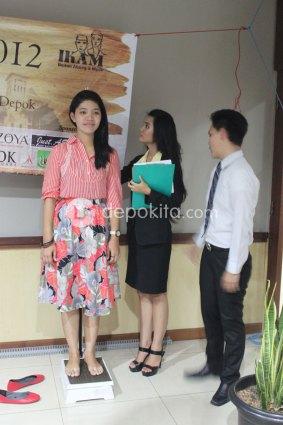 Pengukuran tinggi dan penimbangan berat badan peserta Pemilihan Abang & Mpok Depok 2012