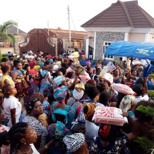 Mercy Johnson And Husband Prince Odi Okojie Donate Food To The Needy (6)
