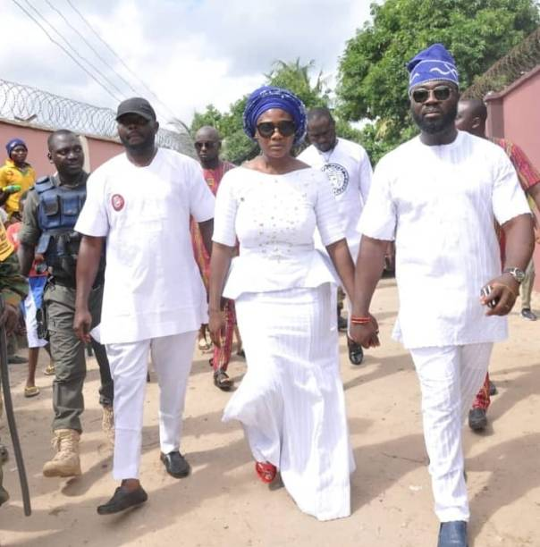 Mercy Johnson Weeps As She Buries Her Mother (6)