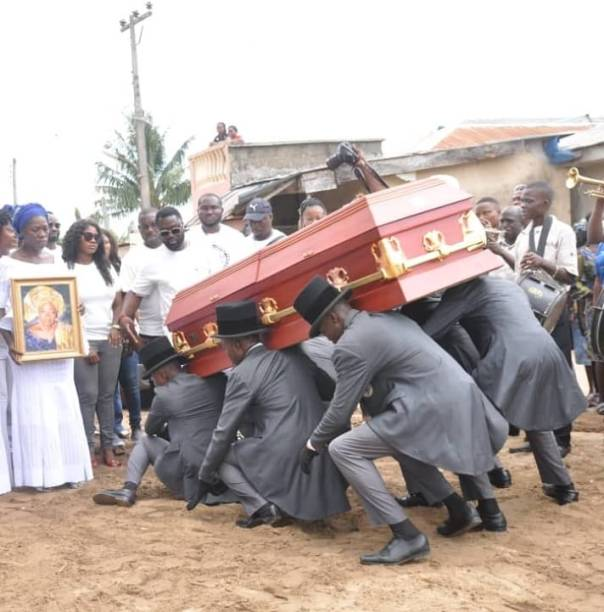 Mercy Johnson Weeps As She Buries Her Mother (3)