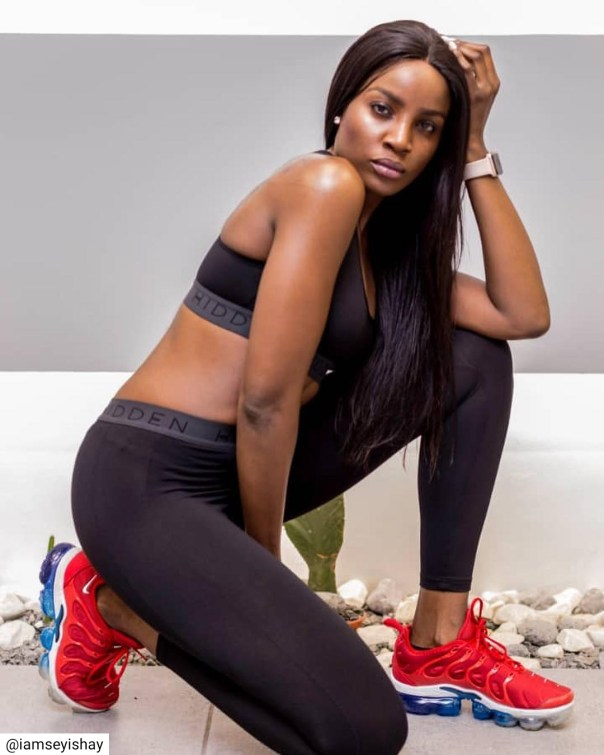 Seyi Shay Shows Off Bare Butt In See-through Leggings (3)