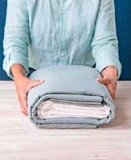 Dobla asi los juegos de sabanas para tu armario de ropa blanca cuatro