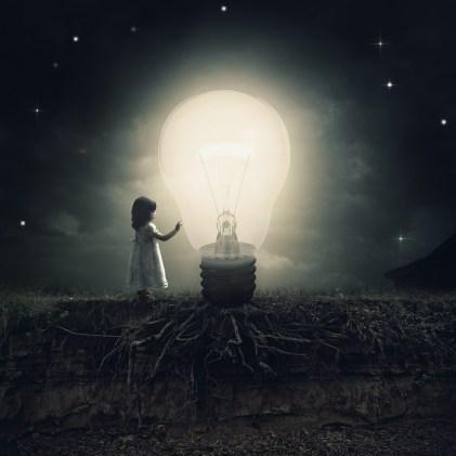 Une petite fille découvre la lumière
