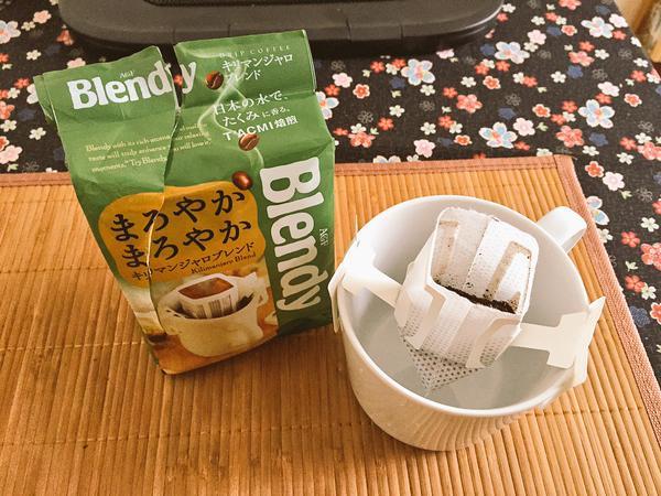 C'est du café moulu avec un filtre. Contrairement aux apparences le café est vraiment bon. En revanche, je suis bien consciente que ça ne soit guère environnement friendly...