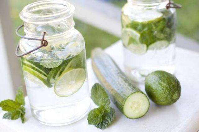 Préparation de l'eau au concombre.