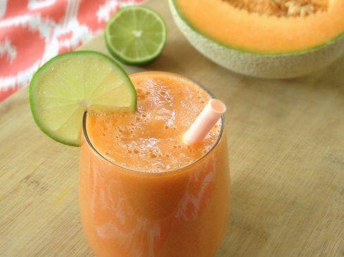 Smoothie à l'eau de melon et noix de coco pour combattre l'acné