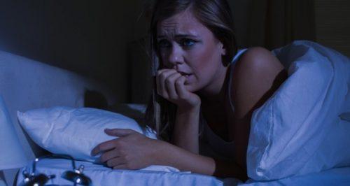 femme qui souffre crise de panique nocturne