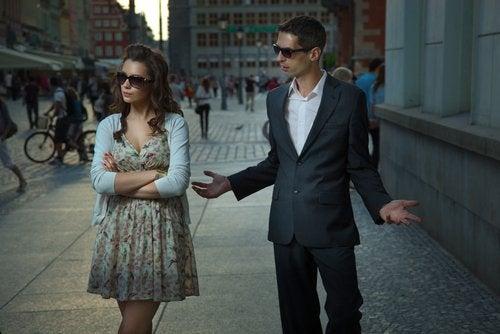 Femme qui ignore son conjoint