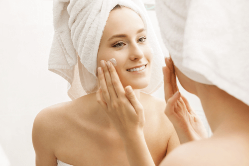 "Moisturize your skin before going to bed and standing up ""width ="" 500 ""height ="" 334 "" data-recalc-dims="