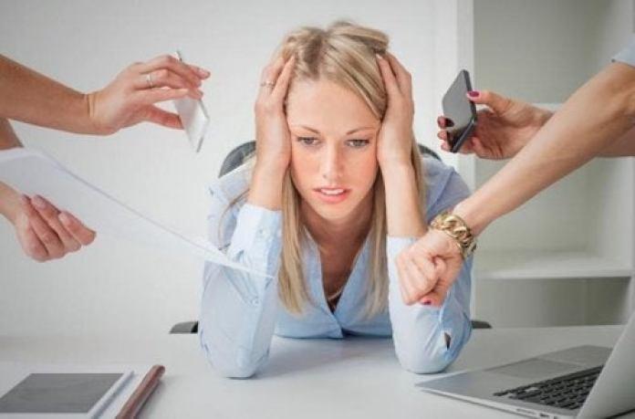 femme ayant des pincements au coeur à cause du stress