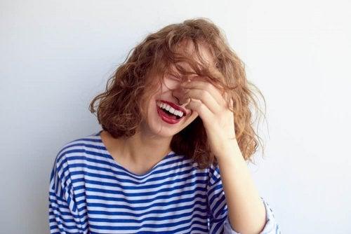 Femme qui rigole