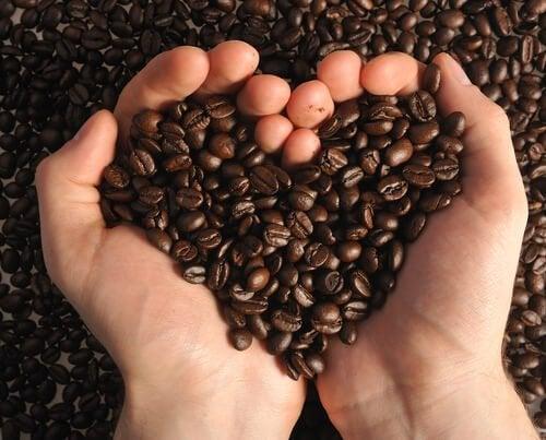 marc de café pour éliminer les points noirs