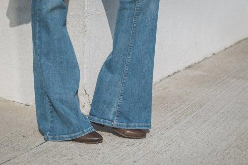 porter les pantalons évasés