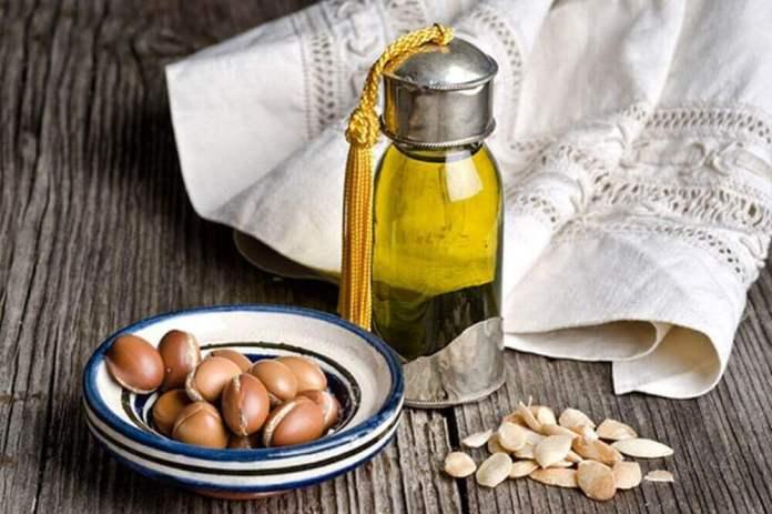 épaissir les sourcils avec de l'huile d'argan