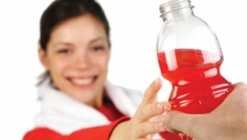 Une femme qui tend la main vers une boisson énergétique