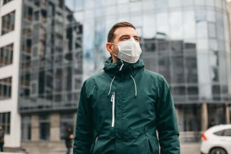 Un homme qui porte un masque pour se protéger de l'air