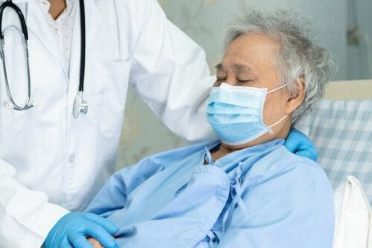 Un médecin avec un patient