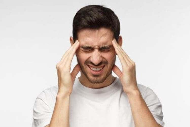 Un homme ayant mal à la tête