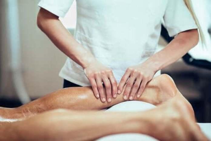 Un massage du mollet.
