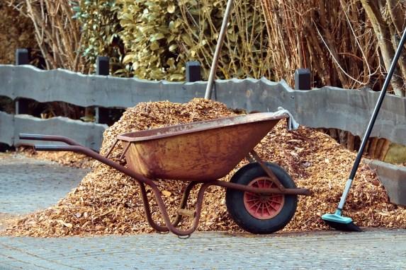 installation du paillage végétal dans le jardin