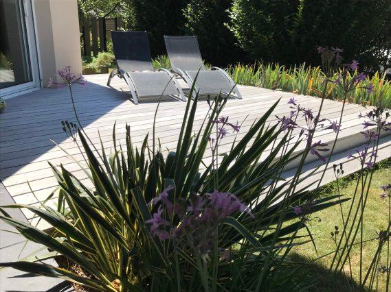 terrasse bois exotique grise dans un aménagement de jardin
