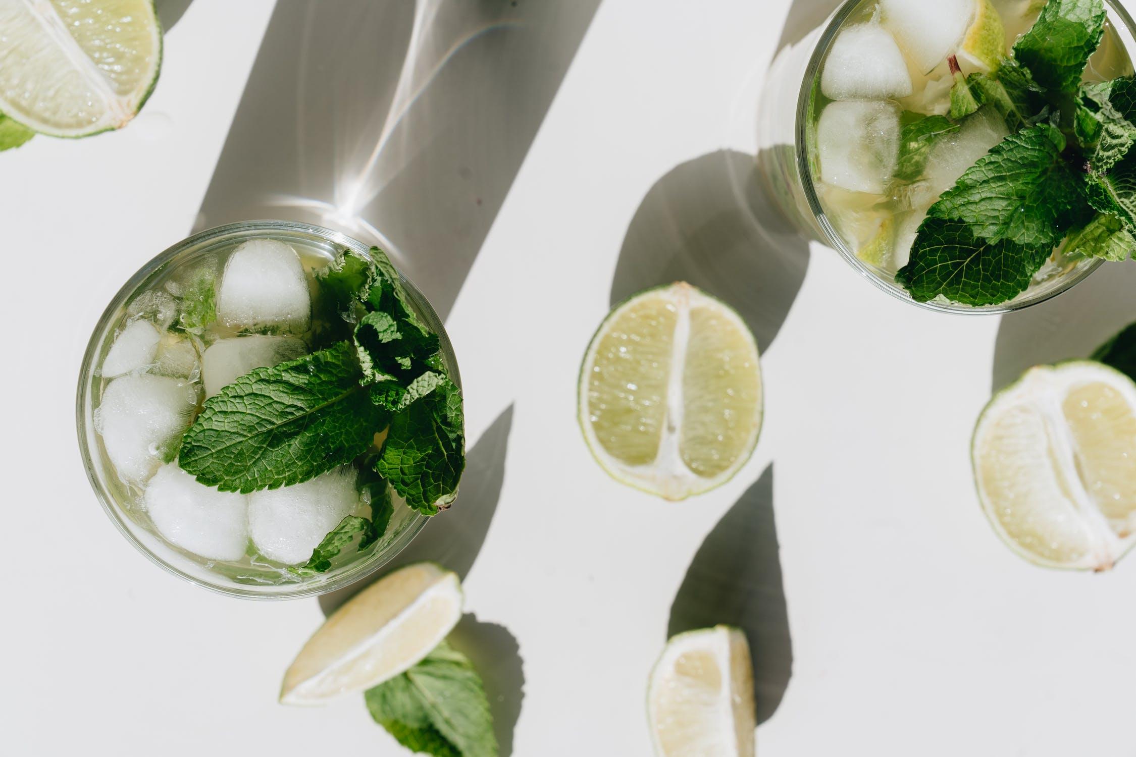 planter de la menthe pour faire des boissons avec du citron