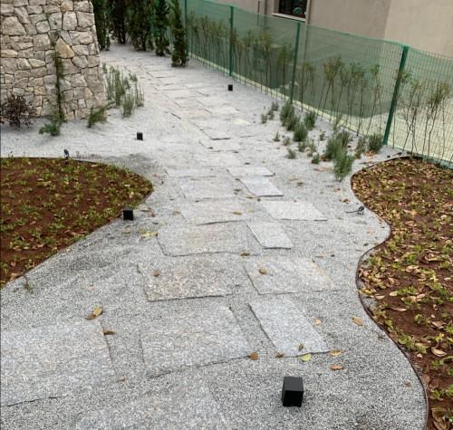 bordure métal souple pour délimiter une allée avec les massifs du jardin