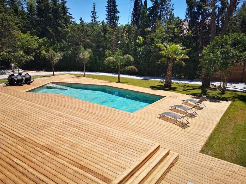 aménagement terrasse en pin autour d'une piscine