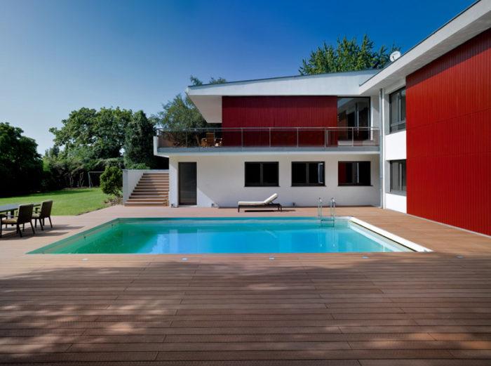 entretien d'une terrasse en bois composite marron autour d'une piscine