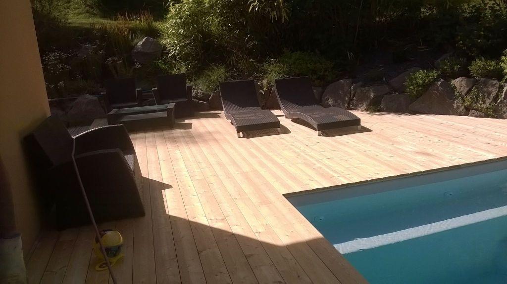 entretien terrasse en pin autour d'une piscine
