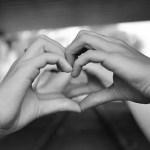 男性の手と女性の手でつくるハートマーク