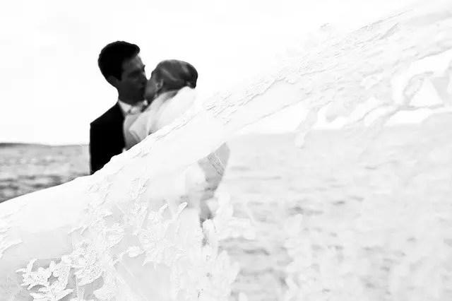 結婚式でキスし合うカップル