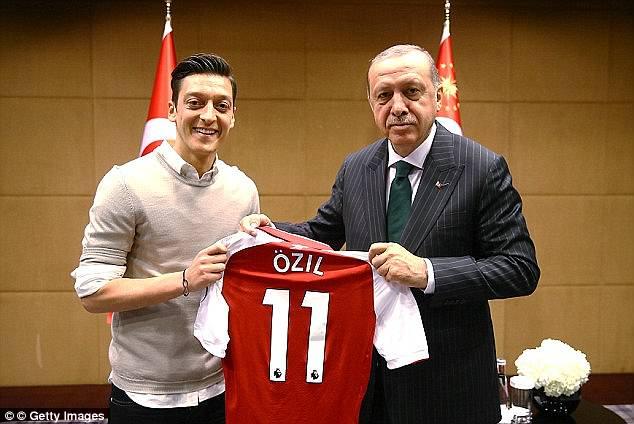 Mesut Ozil presented an Arsenal singed shirt to Turkey president [www.amenradio.net]