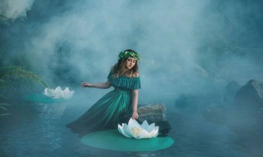 Mulher no meio de um lago