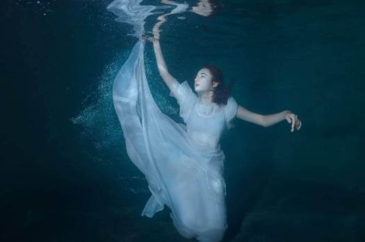 Mulher embaixo d'água