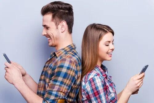 Casal no celular