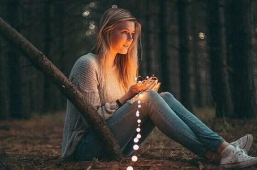 Mulher segurando luzes de Natal