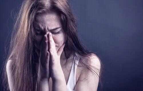 Mulher aflita e angustiada