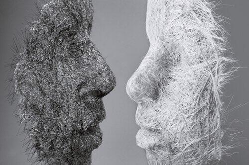 Dois rostos feitos de fios pretos e brancos
