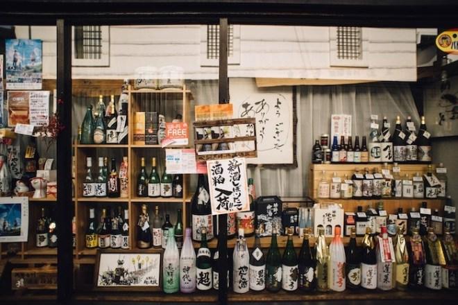 """""""Beber para curarla"""" es algo que algunas personas hacen, sin embargo órganos vitales como el hígado necesitan tiempo para arreglar el daño producido por el consumo exagerado de alcohol."""